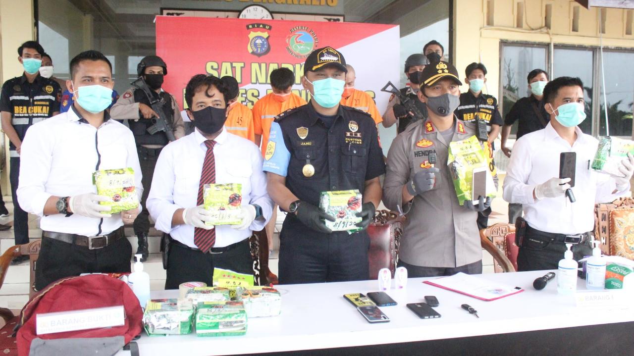 Bea Cukai dan Polisi Gagalkan Penyelundupan 10 Kg Sabu-sabu dari Malaysia - JPNN.com