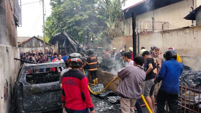 Ditinggal Sebentar Beli Sandal, Rumah dan Mobil Hangus Terbakar - JPNN.com