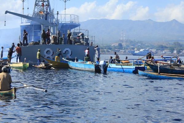 Di Daerah Operasi, KRI Tongkol-813 Bagikan Sembako Kepada Nelayan - JPNN.com