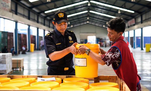 Bea Cukai Fasilitasi Ekspor Perdana Crude Palm Kernel Oil dari Ketapang - JPNN.com