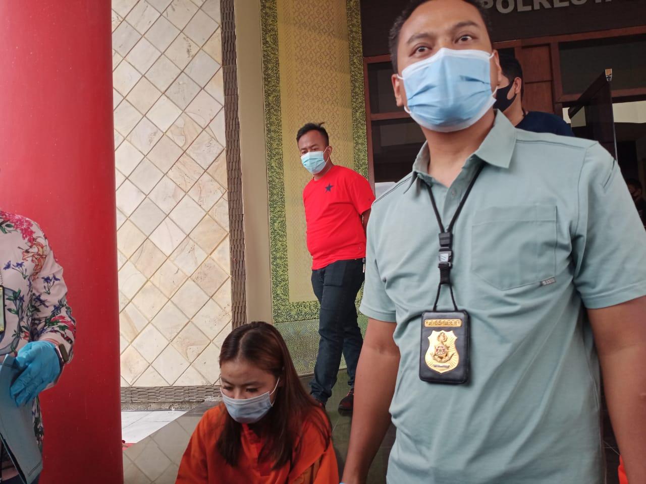 Jajakan Remaja Lewat Aplikasi MiChat, Mbak ES tak Berkutik saat Dijemput Polisi, Nih Penampakannya - JPNN.com