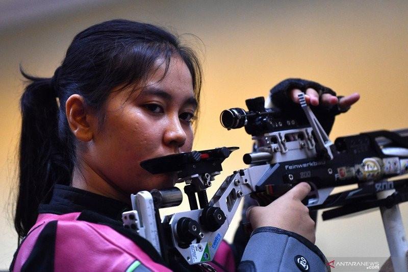 Dia Cantik dan Menembak Jago Banget, Nih Fotonya Saat Pegang Senapan! - JPNN.com