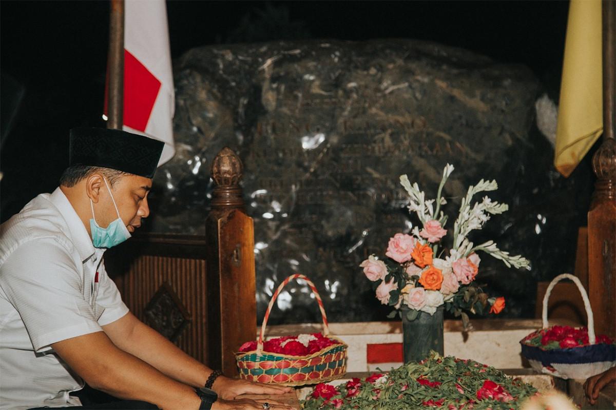 Suasana Syahdu, Eri Cahyadi Berdoa, Menggenggam Erat Pusara Bung Karno - JPNN.com