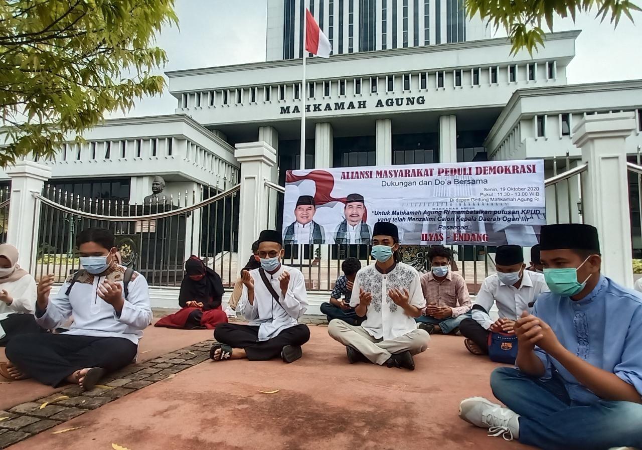 KPU Ogan Ilir Diskualifikasi Ilyas-Endang, Massa Gelar Aksi Damai ke Gedung MA - JPNN.com