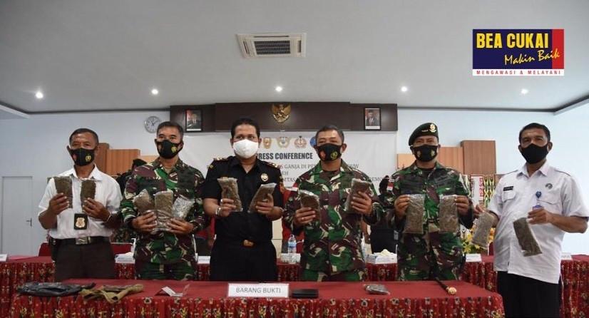 Minibus Mencurigakan Disetop Bea Cukai dan Raider TNI, Ditemukan 14 kg Ganja - JPNN.com