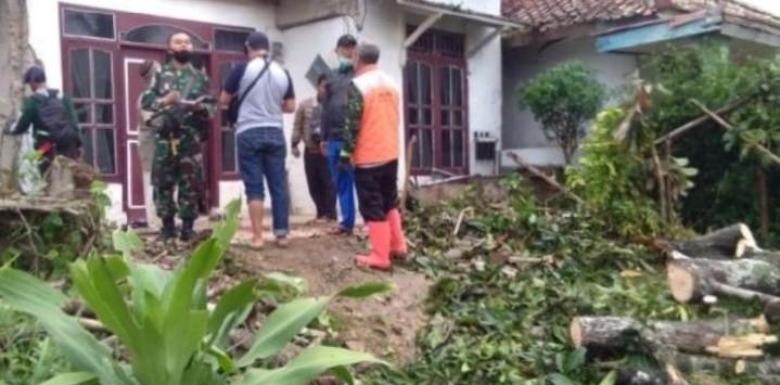 Desa Rancapanggung Cililin Diterjang Angin Puting Beliung, 17 Rumah Rusak - JPNN.com