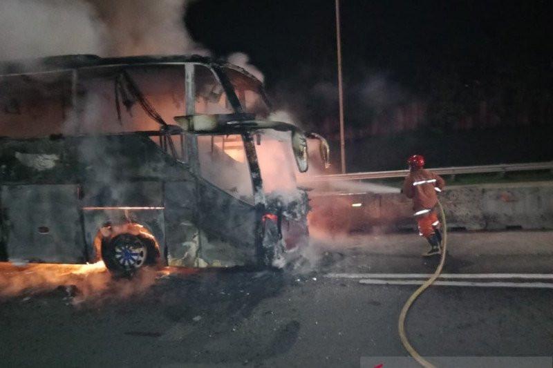 Bus AKAP Terbakar di Tol Jagorawi, Begini Penampakannya, Penumpangnya Bagaimana? - JPNN.com