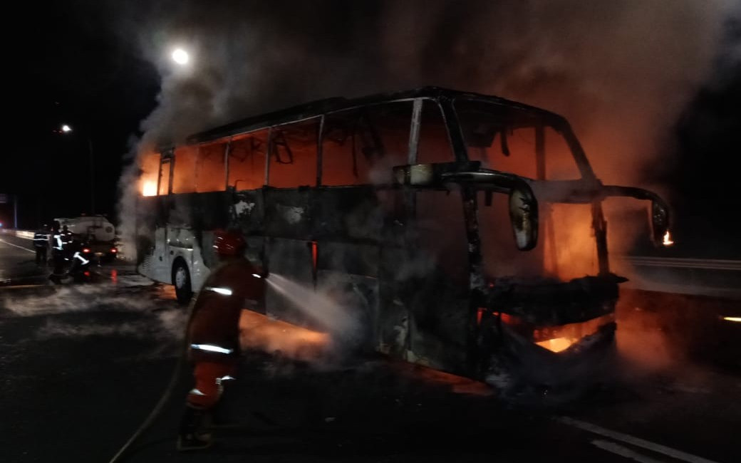 Ada Bus Terbakar di Tol Jagorawi Dini Hari Tadi, Hangus Jadi Begini - JPNN.com