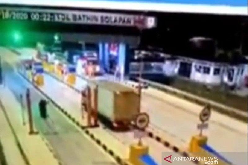 Sopir Truk Menerobos Pembatas Pintu Tol, Takut, Ada yang Mengikuti - JPNN.com