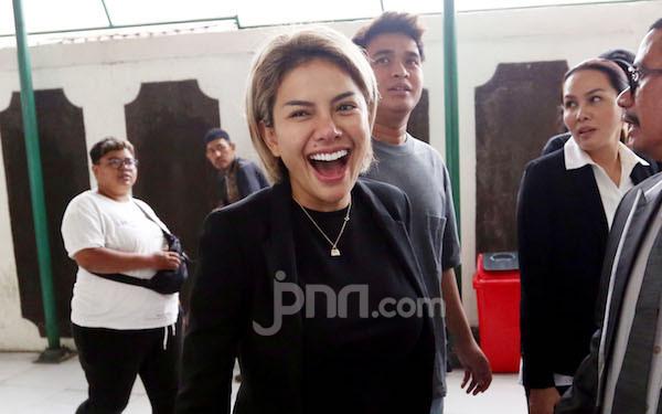 Nikita Mirzani Mau Lelang Pakaian Dalam Bekas Rp300 Juta, Siapa Mau? - JPNN.com