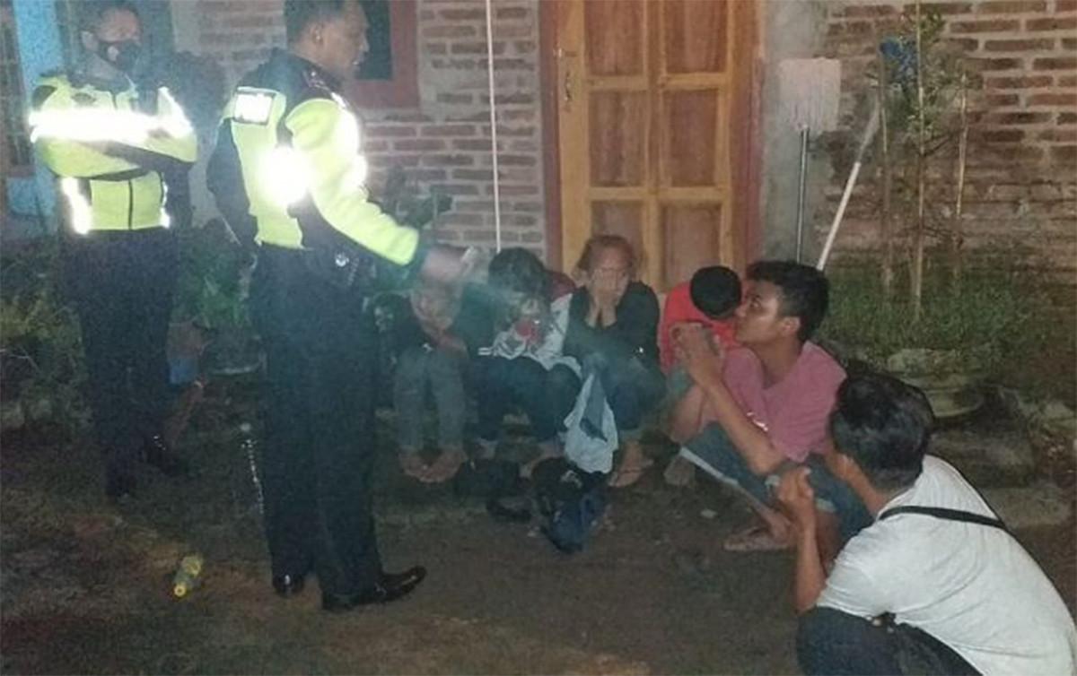 2 Perempuan Usia Belasan Tertangkap Basah Asyik Begituan Bersama 4 Laki-Laki - JPNN.com