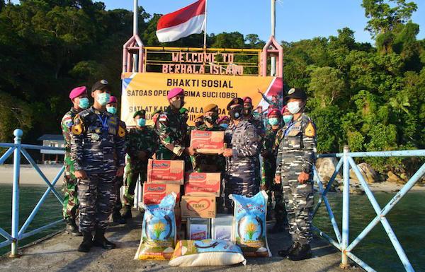 Satgas Pelayaran Operasi Bima Suci Serahkan Bantuan Kepada Prajurit TNI di Pulau Berhala - JPNN.com