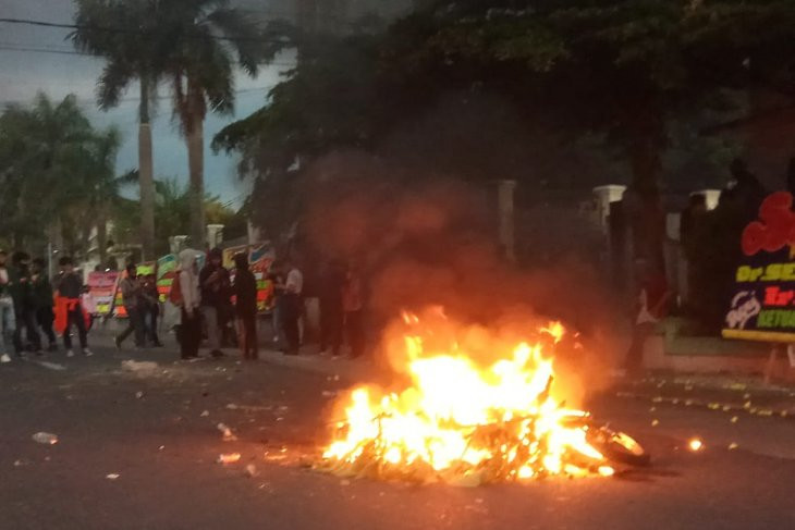 4 Pembakar Motor Polisi saat Demo Tolak UU Cipta Kerja Akhirnya Tertangkap, Nih Daftar Namanya - JPNN.com