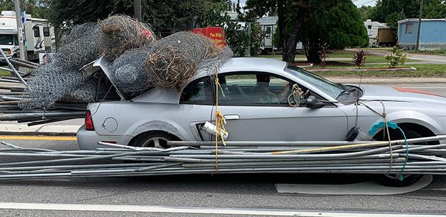 Mobil Mewah Ini Digunakan untuk Angkut Pipa Besi dan Gulungan Kawat - JPNN.com