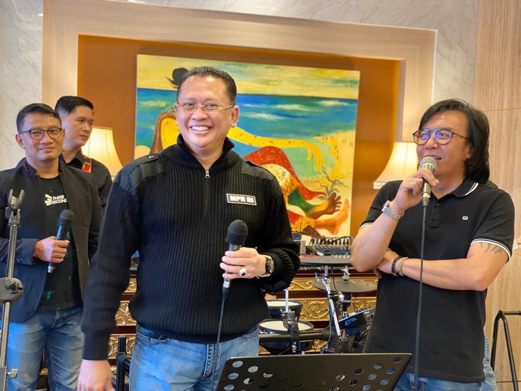 Ketua MPR Bersama Ari Lasso Umumkan Pemenang Giveaway Sepeda Kuning - JPNN.com
