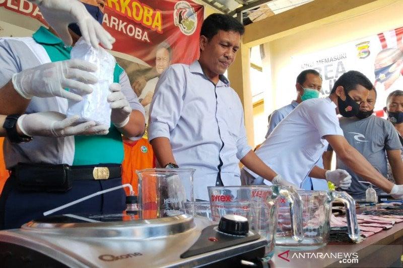 Polisi Temukan Ruangan untuk Memproduksi Narkotika di Rumah Ustaz SA - JPNN.com