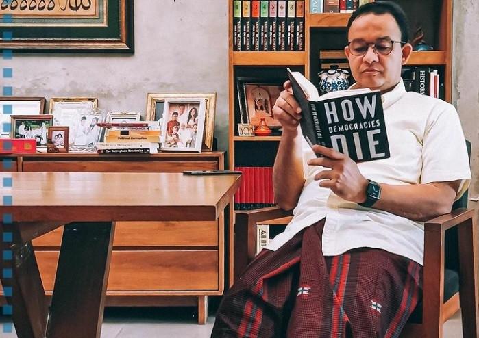 Analisis Pengamat soal Foto Anies Baswedan Baca Buku dan Kegusaran Masyarakat - JPNN.com