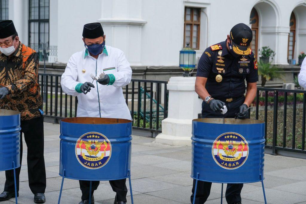 Mengancam Kesehatan Masyarakat, Bea Cukai Musnahkan Barang-barang Ilegal Ini - JPNN.com