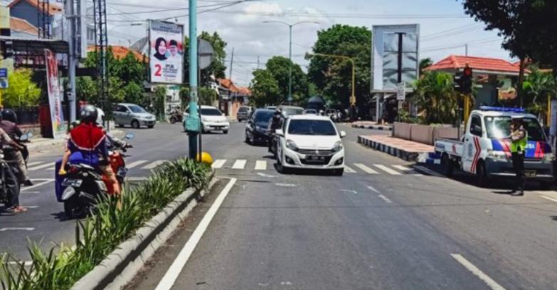 Viral, Ambulans Pembawa Pasien Covid-19 Lawan Arus di Jalan, Tabrak Polisi - JPNN.com