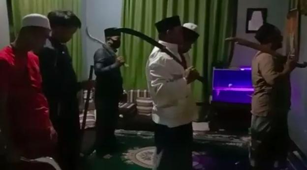 Viral Seruan Jihad Sambil Tenteng Pedang Saat Salat, Polisi Langsung Turun Tangan - JPNN.com
