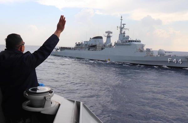 KRI Sultan Hasanuddin-366 Bermanuver Usai Beri Salam Perpisahan Kepada Kapal Perang Brasil - JPNN.com