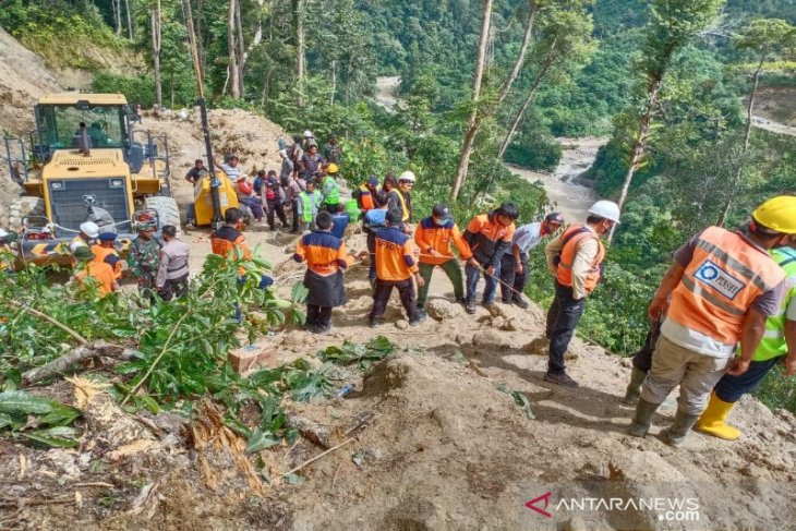 Alat Berat dan Operator Terseret Longsor dari Ketinggian Ratusan Meter ke Dasar Sungai, Ngeri - JPNN.com
