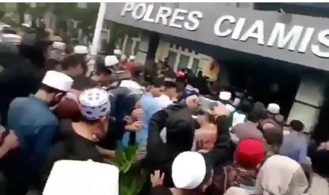 Massa Geruduk Polres Ciamis Minta Ditahan untuk Gantikan Rizieq Shihab - JPNN.com