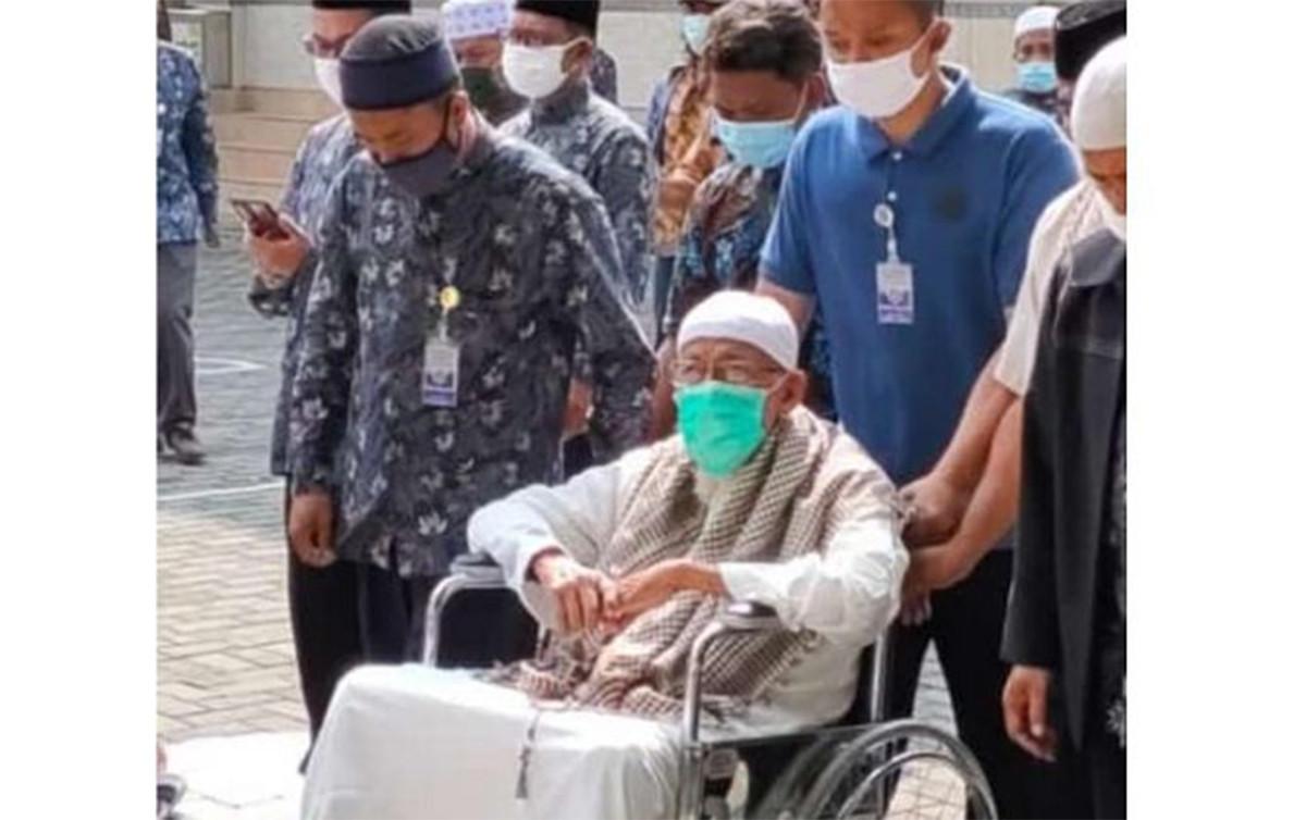 Mengharukan, Begini Istri Abu Bakar Baasyir Menyambut Suaminya Pulang - JPNN.com