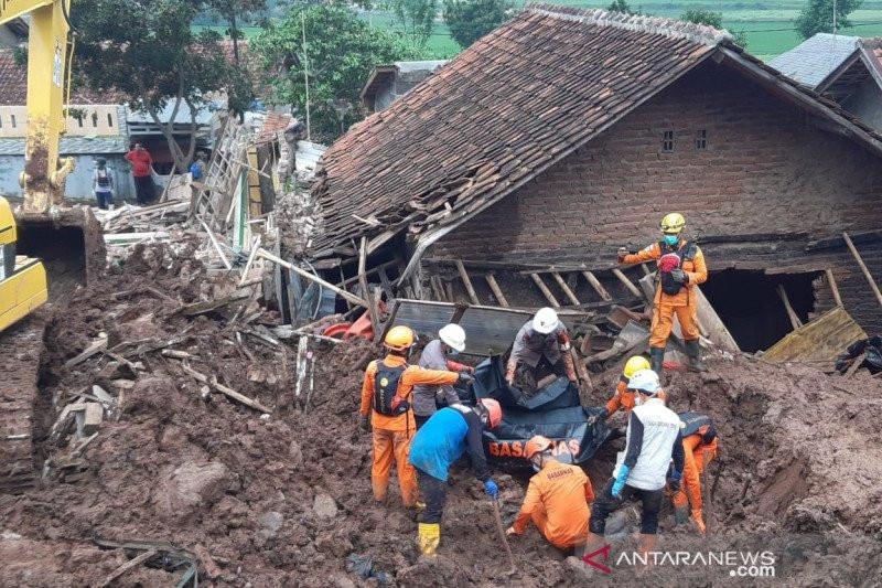 Longsor di Sumedang, Tim SAR Temukan 5 Korban Tewas, 19 Masih Hilang - JPNN.com