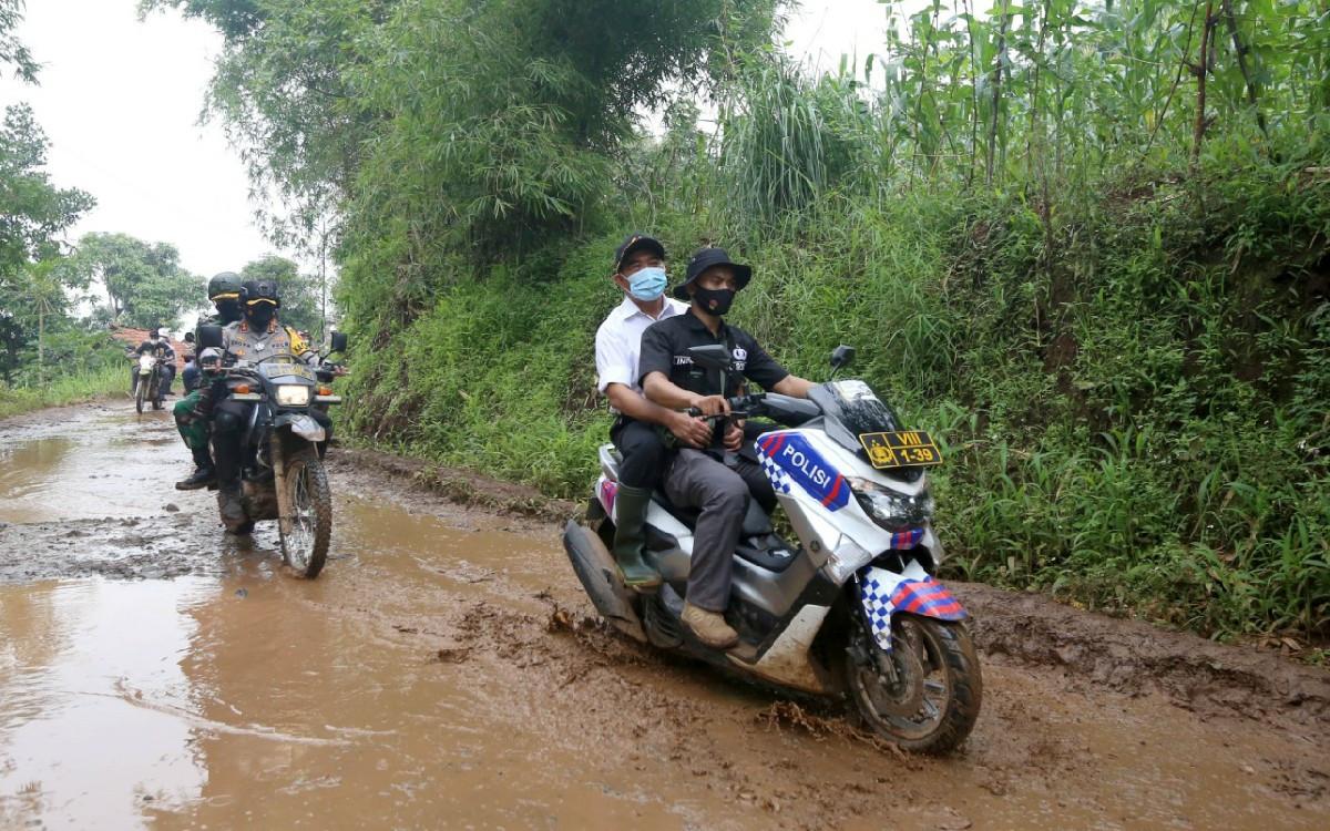 Lihat, Menteri Muhadjir Membonceng Sepeda Motor ke Lokasi Longsor - JPNN.com