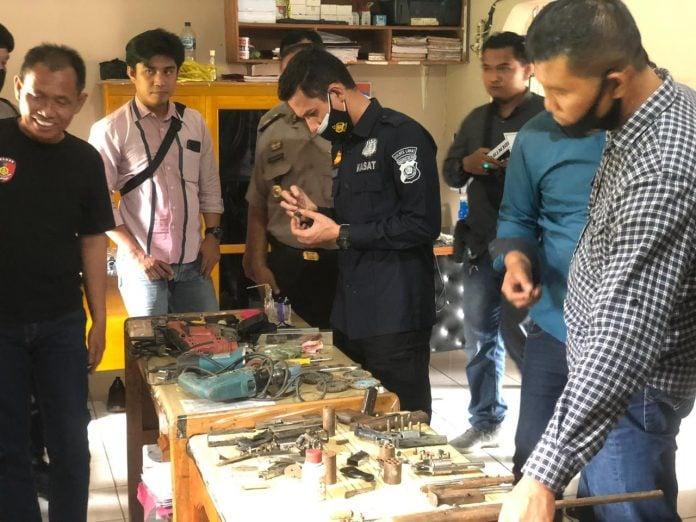 Tim Pimpinan Ipda Yuliardi Meringkus Riduan di Pondok Pembuatan Senpi Rakitan - JPNN.com