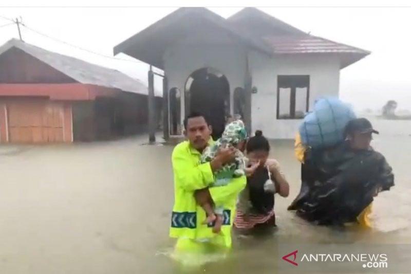 Seorang Polantas Mengevakuasi Bayi Melewati Derasnya Arus Banjir di Tanah Laut - JPNN.com