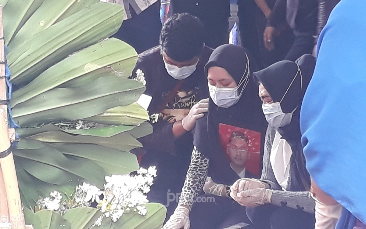 Untuk Terakhir Kalinya, Aldha Refa Menatap Lekat Makam Sambil Memeluk Foto Pramugara Sriwijaya Air Okky Bisma - JPNN.com