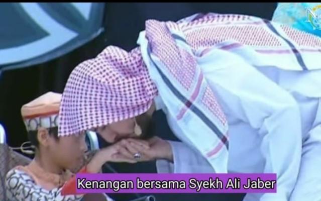 Syekh Ali Jaber Selalu Mencium Tangan Naja Hudia, Bocah Penghafal Al-Qur'an - JPNN.com