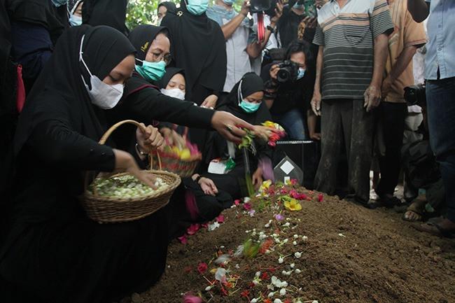 Jenazah Indah Halimah Putri Korban Sriwijaya Air SJ182 Dimakamkan di Samping Rumah Orang Tua - JPNN.com
