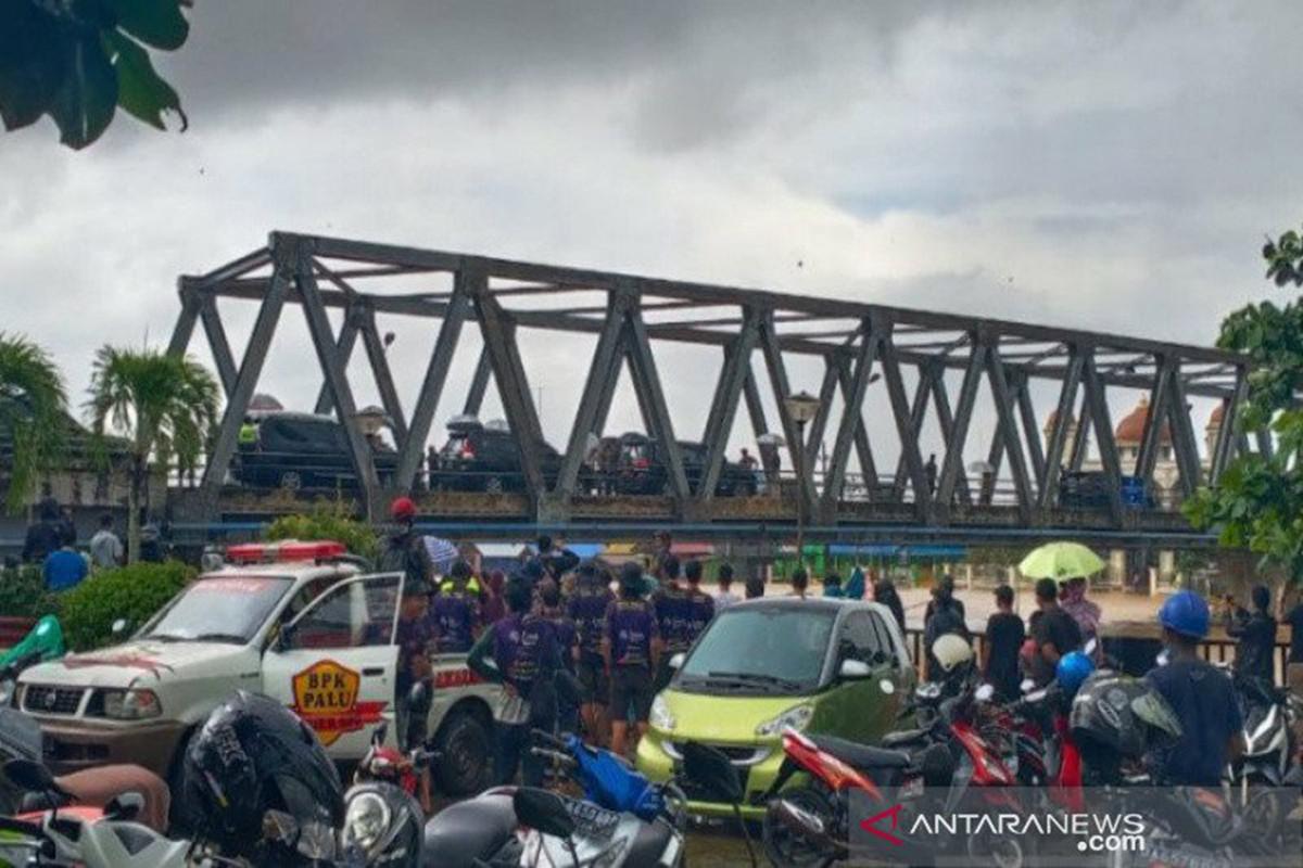 Hujan Deras Sambut Jokowi di Kalimantan Selatan, Naik Perahu Karet Marinir Dibatalkan - JPNN.com