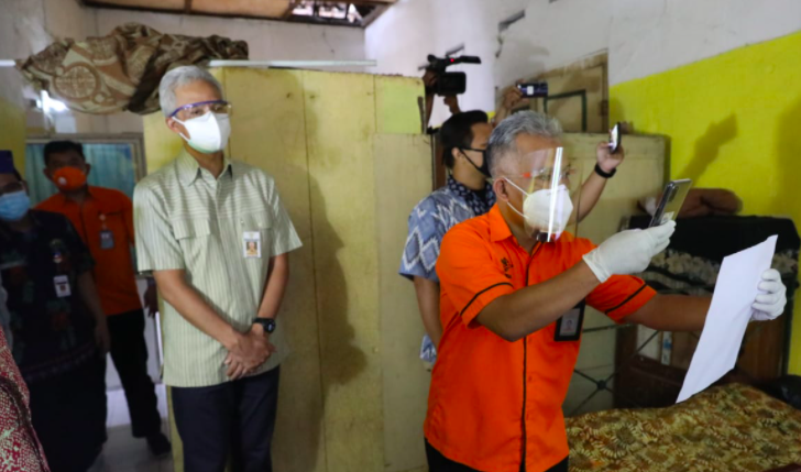Dua Lansia Semringah Bukan Main Melihat Ganjar Datang Membawa BST - JPNN.com