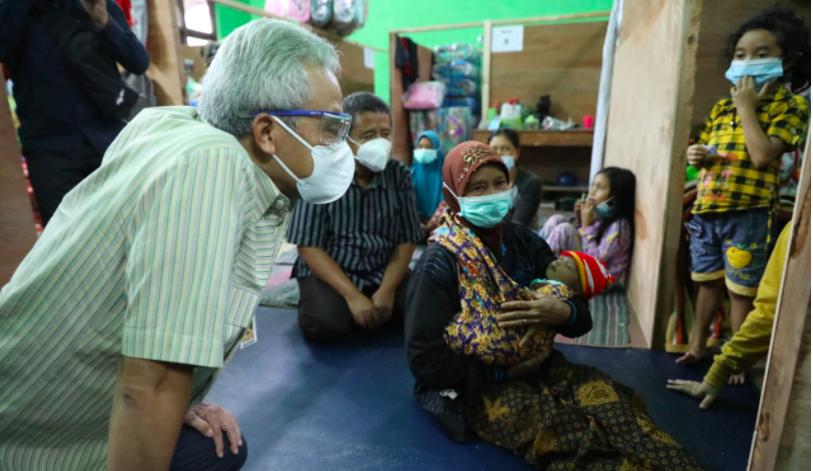 Pak Ganjar Bikin Terharu Ibu dari Bayi Mungil ini - JPNN.com