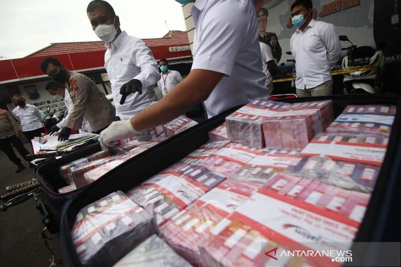 Polda Jatim Mengungkap Kasus Besar, Barang Bukti Uang Bertumpuk-tumpuk, Lihat Itu - JPNN.com