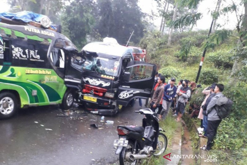 Bus 'Adu Banteng' di Garut, Banyak Korban - JPNN.com