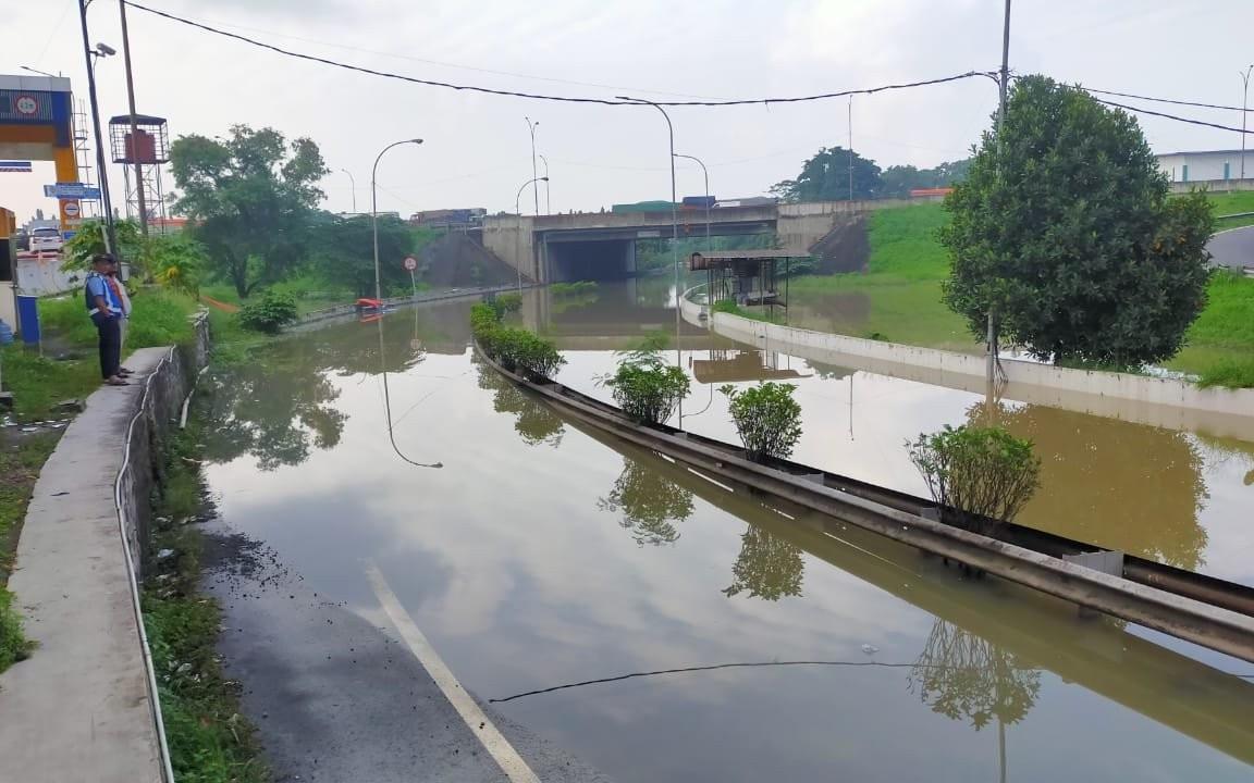 Simpang Susun Bitung Tol Jakarta-Tangerang Masih Banjir, Arus Lalu Lintas Dialihkan - JPNN.com