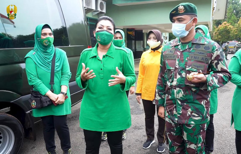 Cara Persit KCK Pusat Ringankan Beban Warga Karawang - JPNN.com