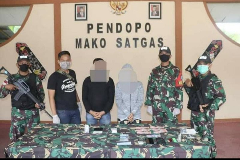 Sweeping di Perbatasan RI-Malaysia, Satgas Pamtas Yonif 642/Kapuas Tangkap Pengedar Narkotika - JPNN.com