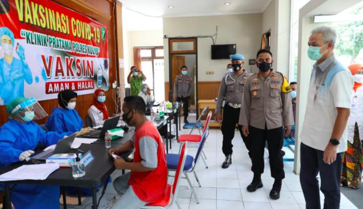 Lihat Polisi Ditusuk Jarum Suntik, Pak Ganjar: Sakit Enggak, Mas? - JPNN.com