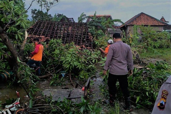 Ratusan Rumah di Demak Rusak Diterjang Angin Puting Beliung - JPNN.com