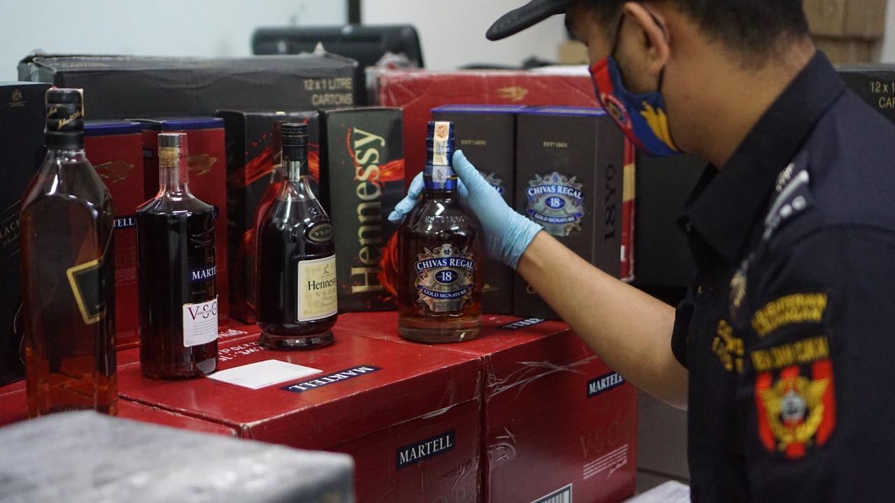 Bea Cukai Amankan Ratusan Botol Miras Ilegal dan Pemilik Tempat Hiburan Malam - JPNN.com