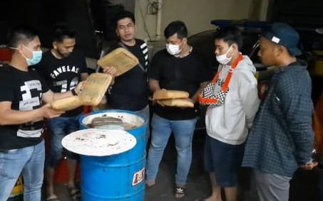 Polisi Membuka 3 Drum, Astaga Isinya - JPNN.com