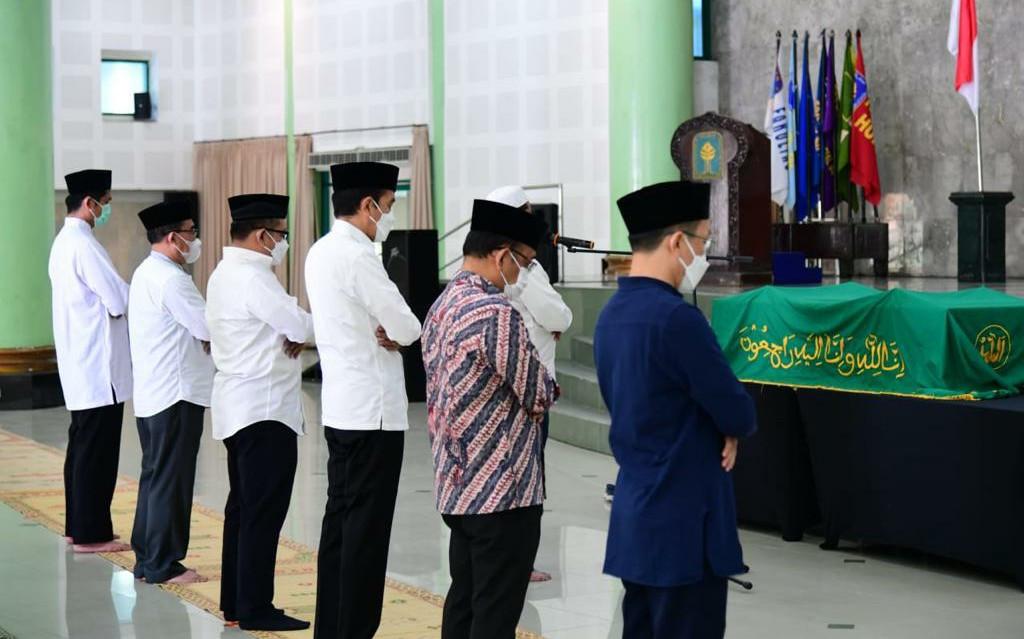 Ungkapan Presiden Jokowi Usai Menyalati Jenazah Artidjo Alkostar di Yogyakarta - JPNN.com