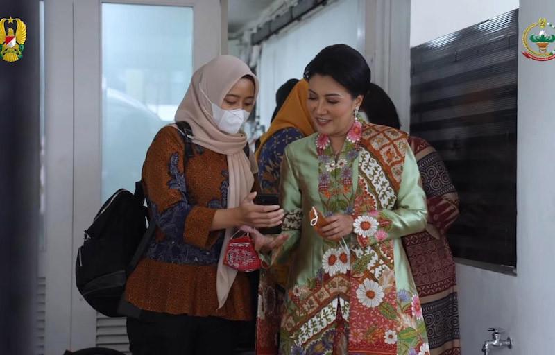 Ketum Persit KCK Semangati Iis Riani Usai Jalani Operasi - JPNN.com