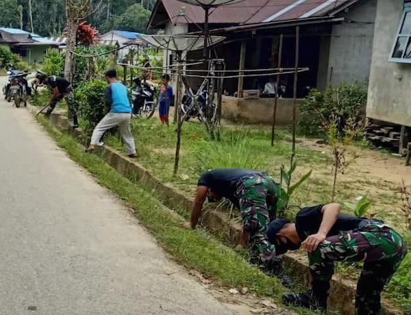 Keren, Satgas Pamtas Yonif 642 Bersihkan Jalan Desa Bersama Warga - JPNN.com